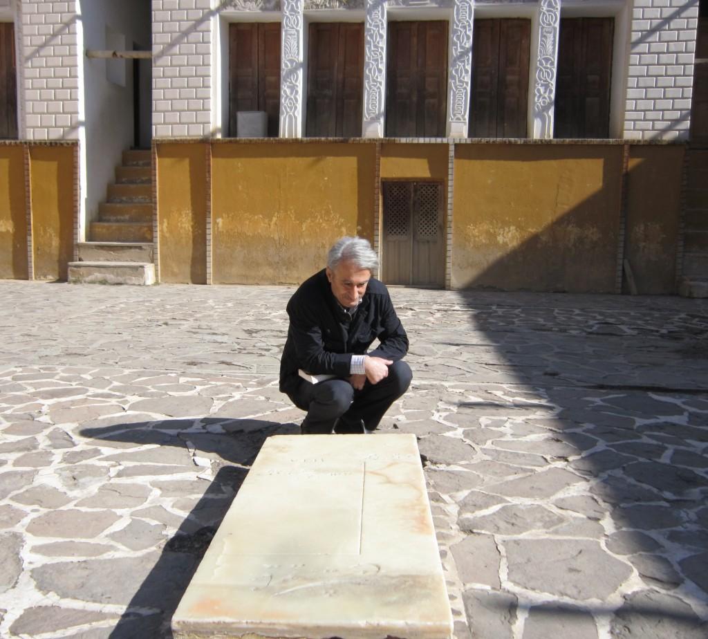 مسعود بیزارگیتی در کنار سنگ مزار نیمایوشیج