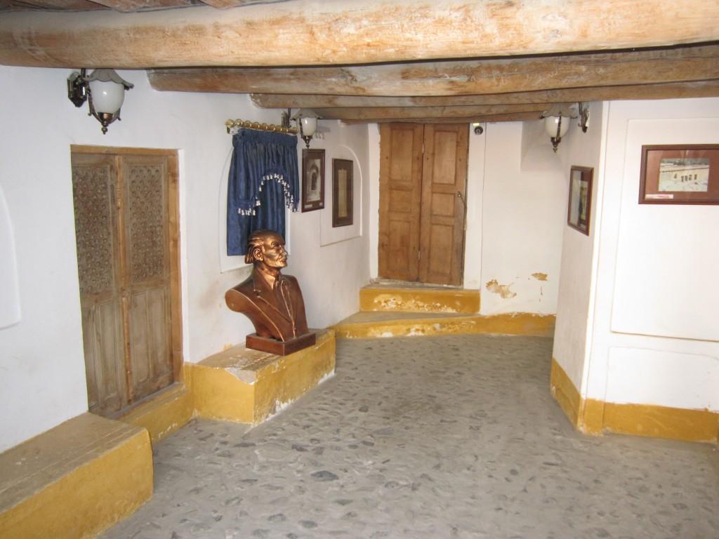 تندیس نیما در ورودی خانه-موزه